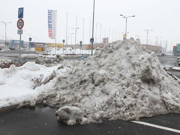 Sníh způsobil určité problémy také na parkovišti u Kauflandu, kde se čpí spousta hromad odklizeného sněhu.