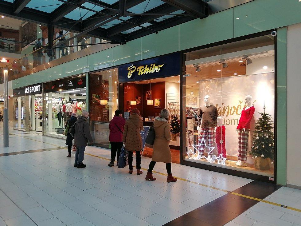 Rozvolňování v Opavě, čtvrtek 3. prosince 2020. U opět otevřených obchodů a služeb se tvořily fronty.