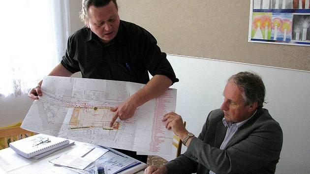 Zákresy do mapy představil na středečním setkání projektový manažer společnosti B1 Plaza Petr Doležal (vlevo)