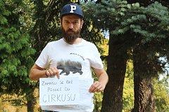 Daniel Václavík usiluje o to, aby byl u nás uzákoněn zákaz vystupování zvířat v cirkusech. Po Opavě šíří petice, která se dotýká této problematiky.