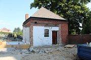 Objekt bývalé márnice na hřbitově v Ludgeřovicích prochází opravou. Bude z něj zázemí pro hrobníka, vedle budou stát i nové toalety.