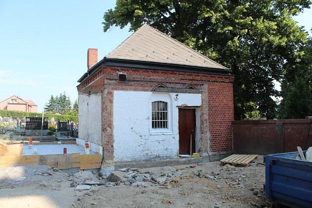 Objekt bývalé márnice na hřbitově vLudgeřovicích prochází opravou. Bude zněj zázemí pro hrobníka, vedle budou stát inové toalety.