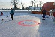 Po hokejovém open air zápasu ve Větřkovicích následoval curling.