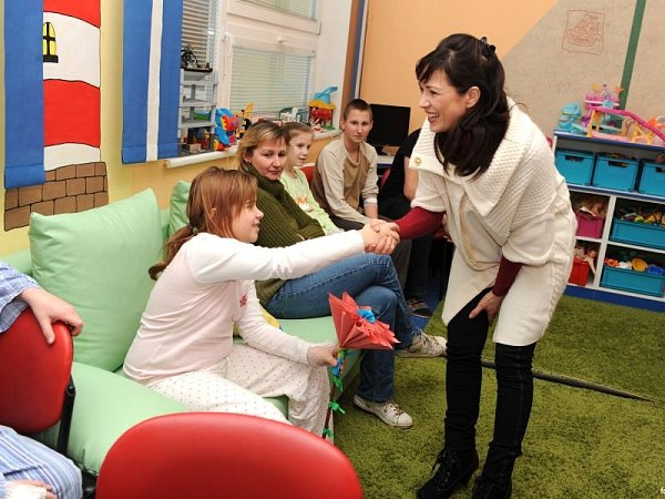Herečka a moderátorka Tereza Kostková, která je patronkou dětského oddělení Slezské nemocnice vOpavě (SNO), se minulý týden zastavila vopavské nemocnici staškou naplněnou hračkami.