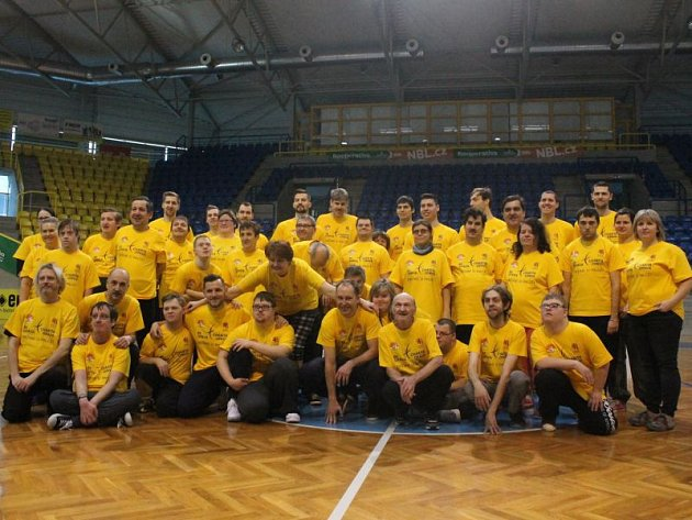 Společná fotografie basketbalistů prvního týmu BK Opava společně s klienty sociálních dílen Radost.