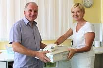 Deset zbrusu nových monitorů dechu předal primářce dětského oddělení Slezské nemocnice Dagmaře Prejdové předseda představenstva společnosti Ostroj Vladimír Trochta.
