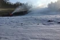 VE SKI AREÁLU Vaňkův kopec se začalo zasněžovat v minulých dnech.