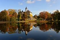 Okolí raduňského zámku v podzimních odstínech.