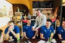 Do nově otevřené opavské kavárny, kde návštěvníky obsluhují klienti sociálně terapeutické dílny Radost Charity Opava, zavítal i tým BK Opava.