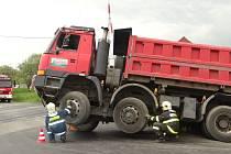 Dvě jednotky profesionálních hasičů byly v pondělí kolem poledne vyslány do akce v Kravařích. Důvodem byla nevšední nehoda.