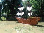 Pohádková loď, kterou údajně měla být unesena princezna, brázdí vody jezírka pod zámkem ve Velkých Hošticích.