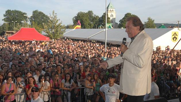 Karel Gott při koncert v Kravařích před Buly Arénou.