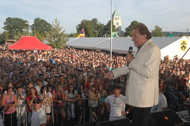 Karel Gott při koncert vKravařích před Buly Arénou.