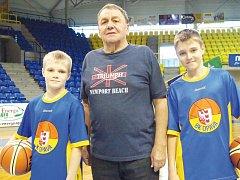 Jaromír Sosna se svými vnuky Danielem a Eduardem. Ti se na rozdíl od svého dědy dali na basketbal.