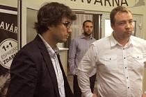 Pravá ruka primátora Martina Vítečka Martin Petrásek (vlevo).
