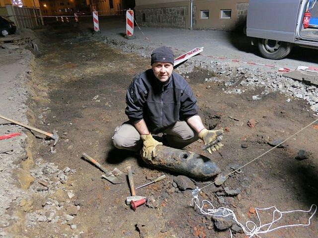 Dvaačtyřicetiletý pyrotechnik frýdecko-místecké expozitury Petr Hulva se v Kateřinkách nechal zvěčnit s nalezenou leteckou pumou SD-70, kterou se mu se dvěma dalšími kolegy povedlo zneškodnit.