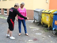 Uklízečky ZŠ Englišova Hana Cahlová (vlevo) a Anna Křapová ukazují místo, kde ve čtvrtek ráno našly bezvládné tělo.