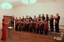 Komorní pěvecký sbor Slezské univerzity při jednom z koncertů v prostorách minoritského kláštera.