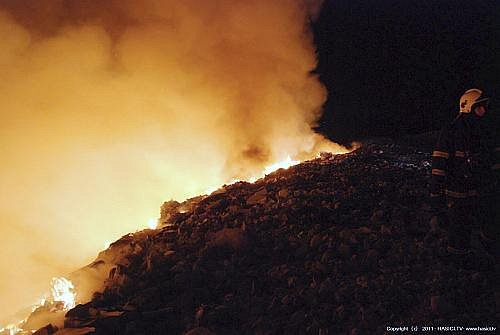 Požár skládky u Markvartovic. Začalo zde hořet v pondělí pozdě večer. Požár na ploše 80 x 35 metrů se podařilo dostat hasičům pod kontrolu hodinu po půlnoci.
