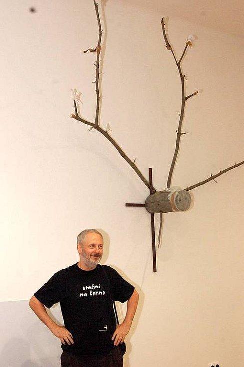 Na Hradci vystavuje Kurt Gebauer a studenti a absolventi ateliéru veškerého sochařství z Prahy. Ti vystavují Fajné věci.