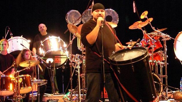 Bubenický orchestr Jumping drums pod vedením Ivo Batouška zavítá ve čtvrtek 5. července do Opavy.