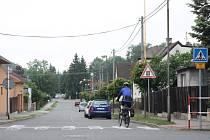 Cyklista, který na snímku zrovna sjíždí po Novodvorské v Kravařích dolů směrem ke křižovatce s ulicí Březovou po pravé straně nemine ani jednu značku označující, že se právě nachází na hlavní silnici. Na zmíněné křižovatce by tak měl dát přednost zprava.
