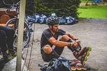 Tomáš Petreček před nedávnem opanoval svůj oblíbený závod Jesenického tvrďáka. Jeho součástí byla i jízda na kolečkových bruslích.