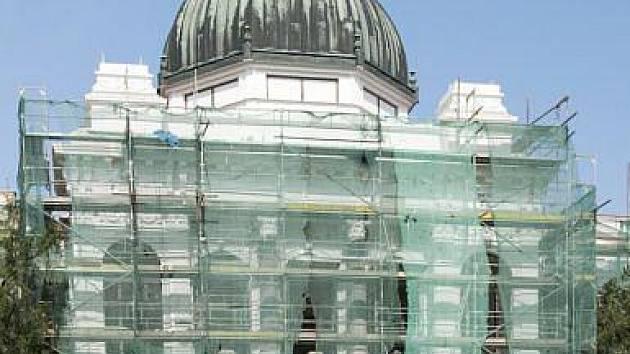 Na střechu rekonstruované historické výstavní budovy Slezského muzea v Opavě se vrátí sousoší Pegasů.