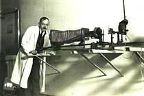 Unikátní dobový snímek profesora Aloise Materny s mikrofotografickým aparátem.