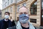 Tadeáš Brída (v pozadí) s Milanem Freibergem, který mu v jeho iniciativě pomáhá.
