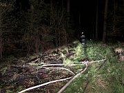 V Jezdkovicích hořel les, zasahovat musel i vrtulník.