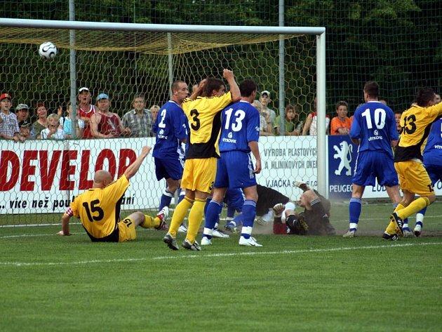 Hlučínský útočník Martin Hanus právě střílí v 97. minutě vyrovnávací gól do sítě Vítkovic.