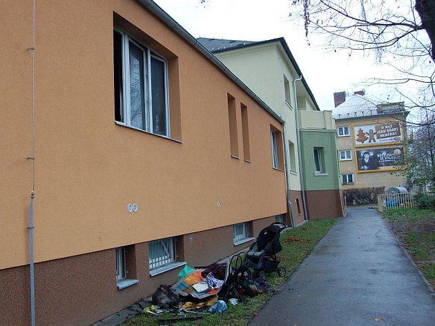 Černé zdi chodby a pach spáleniště. Tak člověka dnes přivítá přízemí Ubytovny pro matky s dětmi na ulici Rybářské v Opavě, která jen před několika málo měsíci prošla komplexní rekonstrukcí.
