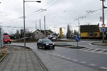 Kruhový objezd v Opavě–Jaktaři. Řidiči si na něm dávají větší pozor než na klasické křižovatce.