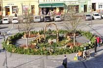 Adventní věnec i letos krášlí Mírové náměstí v Hlučíně. Vyrobili jej obyvatelé města v čele s Josefem Hlubkem.