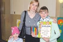 Vítězka Lucie Jarolímková ze školní družiny Edvarda Beneše s maminkou a sestřičkou Sofií.