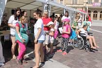 Návštěvníci si mohou vyzkoušet jízdu na invalidním vozíku, vedení nevidomého člověka v městském prostředí nebo třeba účinek psychowalkmanu, který napomáhá relaxaci a dodání energie.