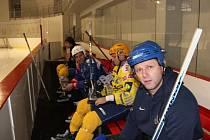 Fotbalisté vyměnili kopačky za brusle. Tým Slezského FC se sešel v kravařské Buly aréně, aby se na začátku zimní pauzy odreagoval hokejem.