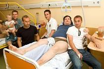 Džeky na nemocničním lůžku. Společně s ním Robert Sommer se synem Oliverem, Zdeněk Partyš, Ota Novák a Jarda Kolínek.