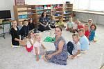 Žáci sprůvodkyněmi - každý den se průvodkyně setkávají s dětmi na ranní elipse, kde si předávají aktuální informace k výuce, chodu tříd.