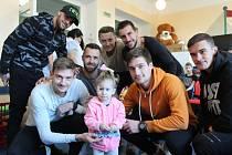 Fotbalisté SFC Opava potěšili děti na dětském oddělení Slezské nemocnice v Opavě.
