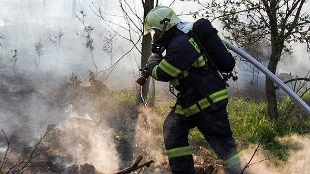 Hned devět hasičských jednotek muselo v neděli večer vyrazit do Těškovic. V blízkosti této obce totiž hořela lesní plocha o rozměrech zhruba 150x200 metrů.