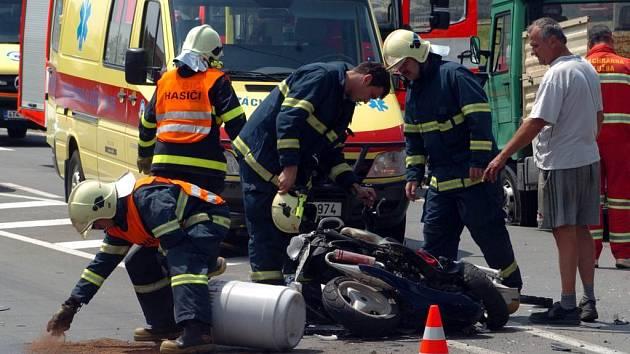 Velmi vážná dopravní se stala například v Hlučíně, kde multikára srazila mladého motocyklistu.