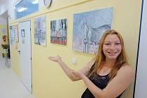 Mladá umělkyně Karin Štenclová u svých obrazů, kterými zpříjemňuje pobyt dalším pacientům.