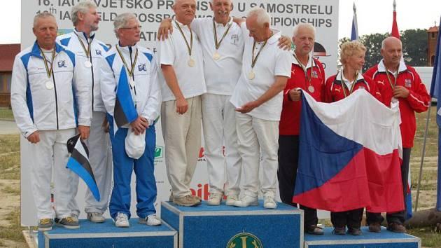 Opavský kušista Václav Losert na stupni vítězů s českou vlajkou (první zleva) na MS v chorvatské Bratině.
