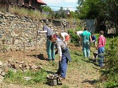 Dobrovolníci pracují na obnově zdi v Radkově.