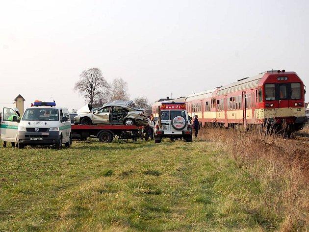 Střet osobního auta s vlakem na železničním přejezdu ve Vávrovících si vyžádal jeden lidský život.