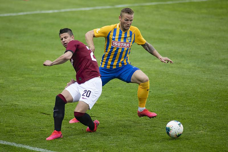 Praha - Zápas 29. kola FORTUNA:LIGY mezi AC Sparta Praha a SFC Opava. Adam Hložek (AC Sparta Praha), Matěj Hrabina (SFC Opava).