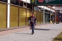 Mladík prochází okolo baru, ve kterém před rokem Aleš Kořínek málem ubodal vlastní manželku.