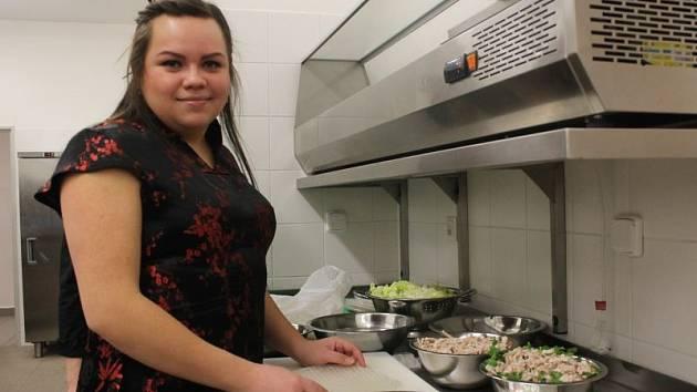 Aneta Tranová v útrobách Gastrocentra Slezské univerzity v Opavě.
